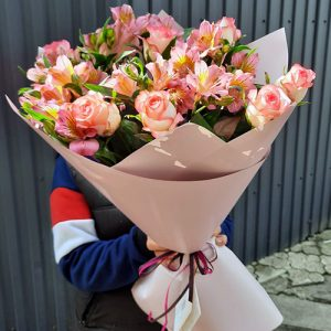 букет из розовых роз и альстромерий в Ужгороде фото