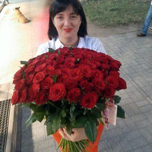 розкішний букет 75 червоних троянд
