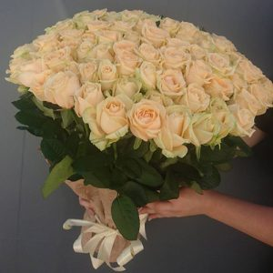 101 кремова троянда на день народження в Ужгороді