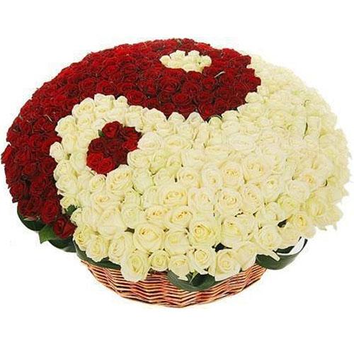 """101 роза """"Инь-Ян"""" в корзине фото товара"""
