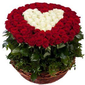 букет 101 роза сердце в корзине