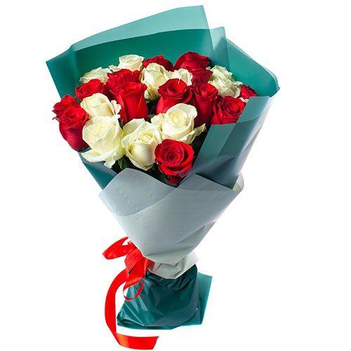 букет 25 роз красных и белых фото