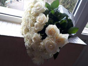 25 белых роз в Ужгороде фото