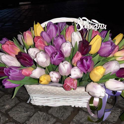 тюльпани в кошику на 8 березня