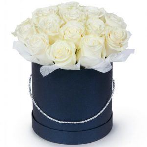 букет 21 біла троянда в капелюшній коробці