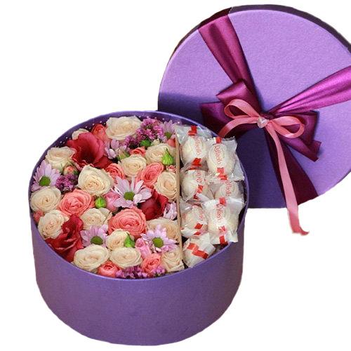 """Шляпная коробка """"Сладкие чувства"""" цветы и конфеты"""