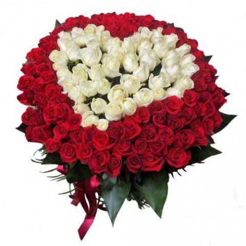 Сердце 101 роза: белая и красная