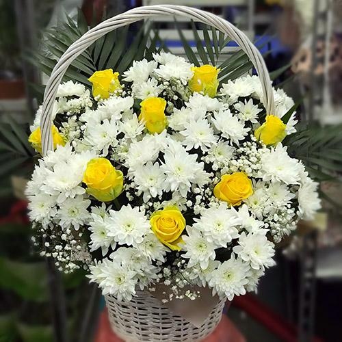 """Фото товара Корзина """"Белые хризантемы, жёлтые розы"""" в Ужгороде"""